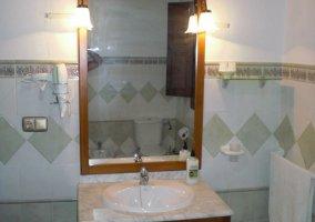 Cuarto de baño con lavabo de porcelana y secador de pelo en la casa rural