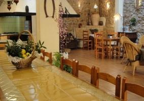 Salón comedor con mesa grande