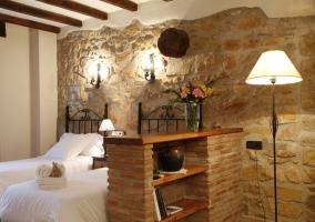 Dormitorio con dos camas individuales y estantería
