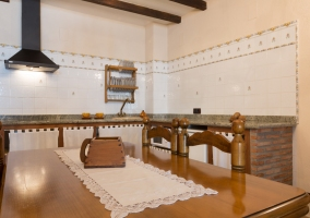 Cocina completa y mesa de comedor