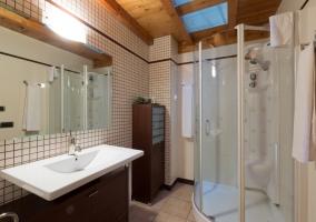 Cuarto de baño con columna hidromasaje