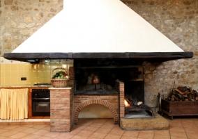 Cocina gran salón con chimenea y barbacoa