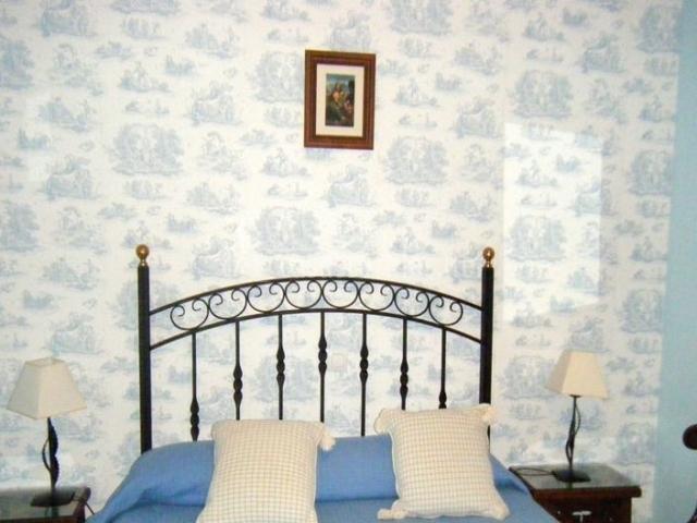 Dormitorio de matrimonio en la casa rural con mesillas de noche