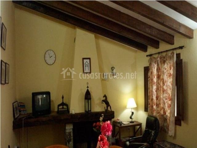 Salón de la casa rural con bancos y sillones de cuero
