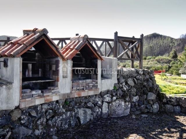 Dos barbacoas con muro de piedra