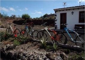Bicicletas en el huerto y fachada del alojamiento