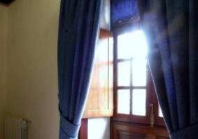 Detalle de la ventana de madera del dormitorio