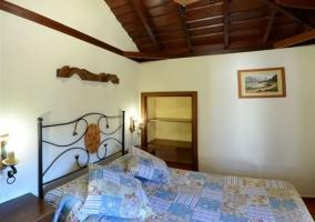 Dormitorio doble de la casa rural con techos de madera