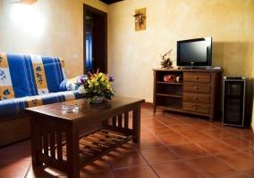 Salon con muebles en madera y mesita con florero