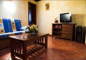 Salon de la casa rural con muebles en madera