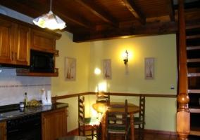 Cocina de la casa rural de estilo americano con mesa de comedor
