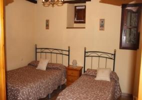 Dormitorio con dos camas individuales en la casa rural.JPG
