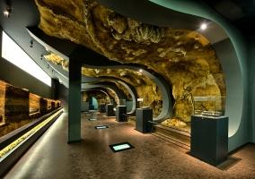Imagen del interior del Museo Prehistorico de Santander con  numerosas colecciones