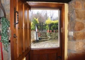 Parte exterior vista desde una de las entradas de la casa rural.JPG