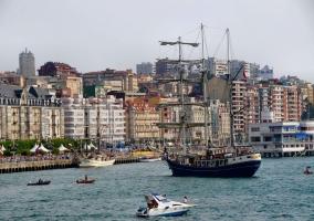 Vista de la ciudad de Santander con varios barcos en el mar Cantábrico