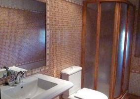 Aseo de la casa rural con azulejos y ducha