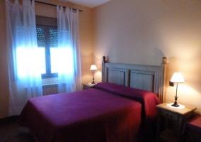 Dormitorio de matrimonio en la casa rural con colcha roja