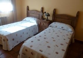Dormitorio doble de la casa rural con muebles de madera
