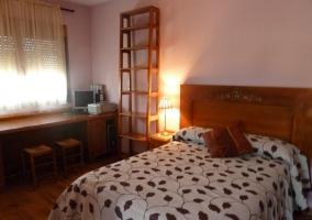 Dormitorio doble en el alojamiento rural con escritorio