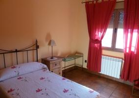 Dormitorio doble en la casa rural con ventanal