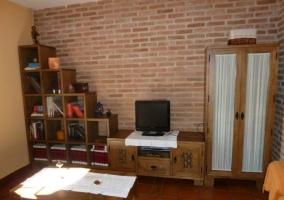 Mueble del salón en escalera con pared de ladrillo visto