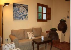 Salón con chimenea de la casa rural