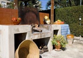 El mobiliario de piscina con palmeras
