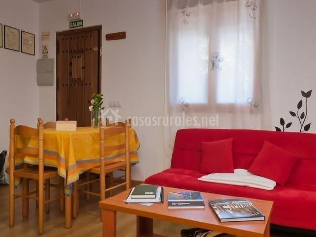 Casa rural aguas fr as ii en la oma uela le n - Salon con sofa rojo ...