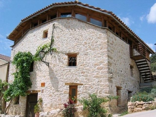 Los lilos piedra en pozancos guadalajara for Casas con piedras en la fachada
