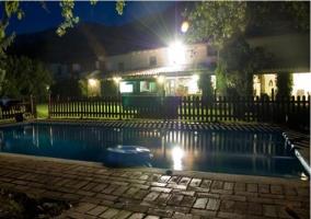 Vistas nocturnas de la piscina
