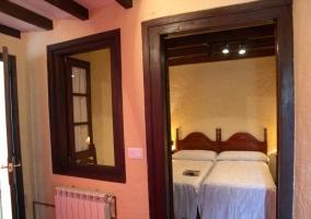 Entrada al dormitorio con camas individuales de la casa rural
