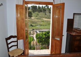 Balcón con vistas al exterior de  una de las habitaciones de la casa rural