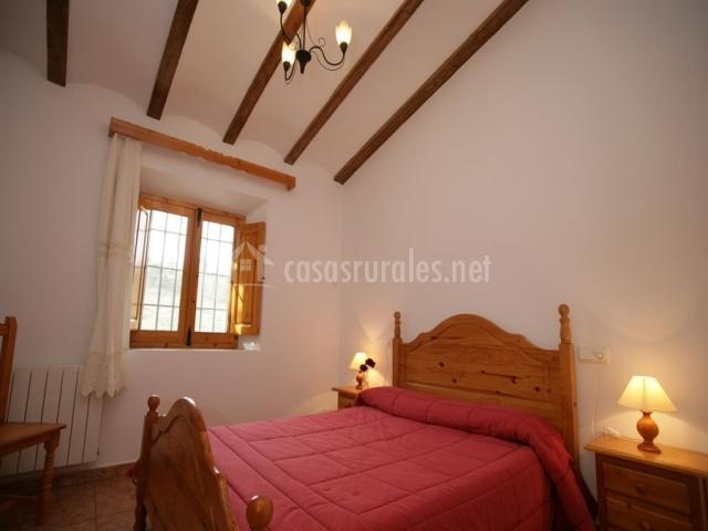 Habitación con cama de matrimonio roja