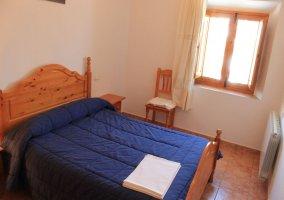 Habitación con cama de matrimonio azul