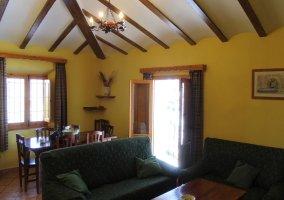 Salón comedor con sofás verdes