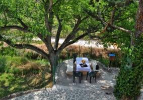 Mobiliario de jardín bajo los árboles