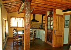 Bedroom with two single beds and floor and wooden ceiling in the rural house in Cuenca