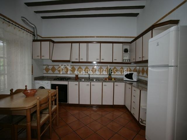 Cocina independiente de muebles de madera blancos