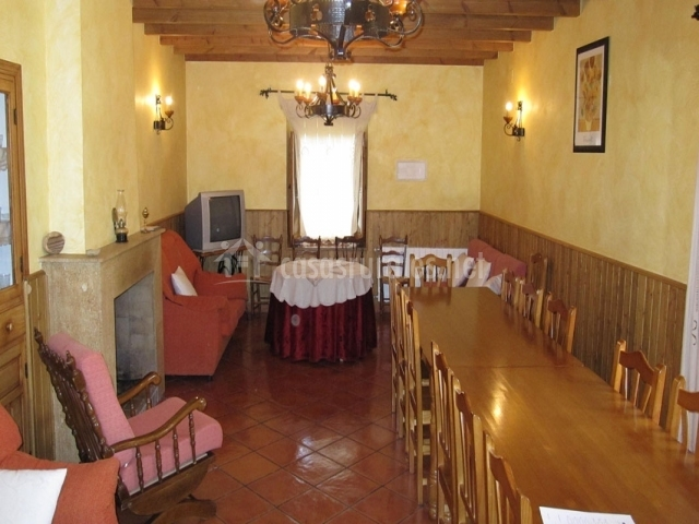Salón comedor con gran mesa de madera