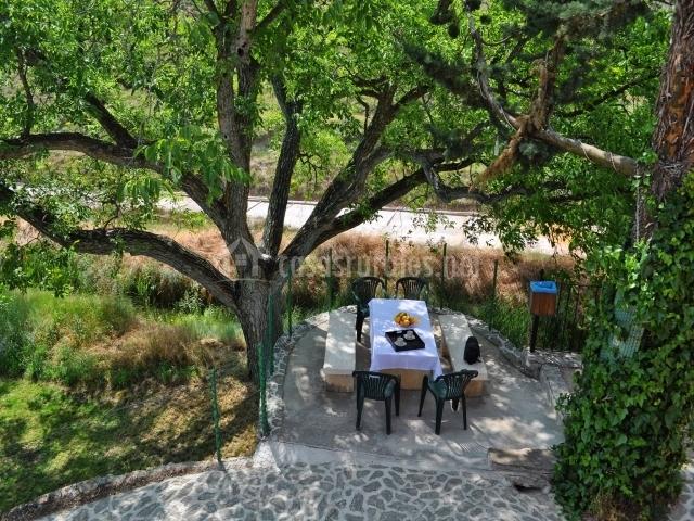 Zona del jardín con mobiliario