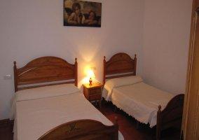Habitación con cama de matrimonio y cama individual