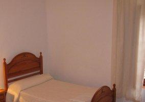 Habitación con cama individual blanca