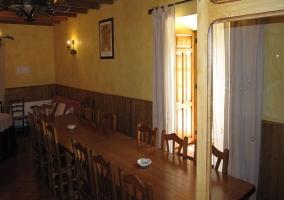 Mesa de comedor con capacidad para 12 plazas