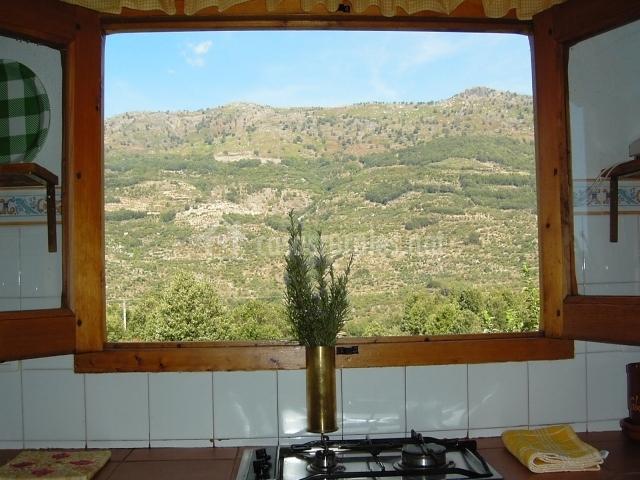 Cocina con ventana y vistas