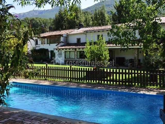 Vistas de la piscina de la casa rural vallada