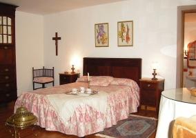 Dormitorio doble con mesa