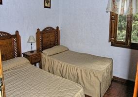Habitación con dos camas pequeñas