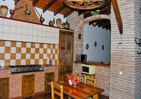 Vista de la cocina y mesa de madera