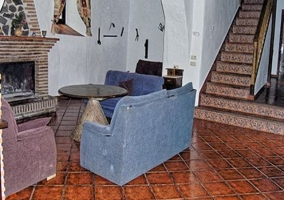 Vista del salón con chimenea