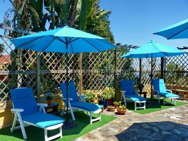 El mobiliario de la piscina en color azul